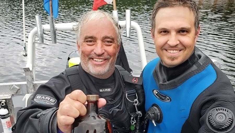 Grupo descobre garrafas de uísque afundadas em lago há quase 60 anos