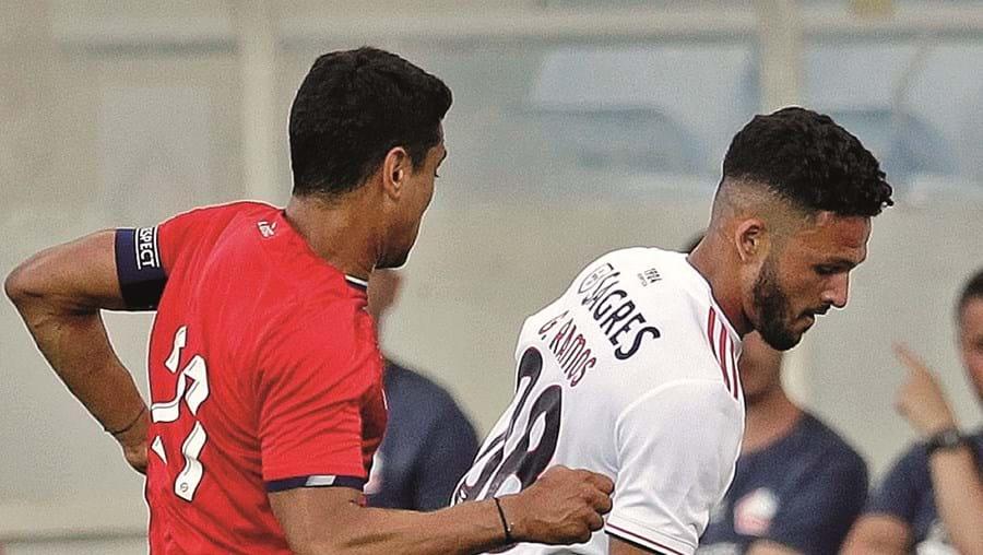 Gonçalo Ramos protege a bola de Ikone