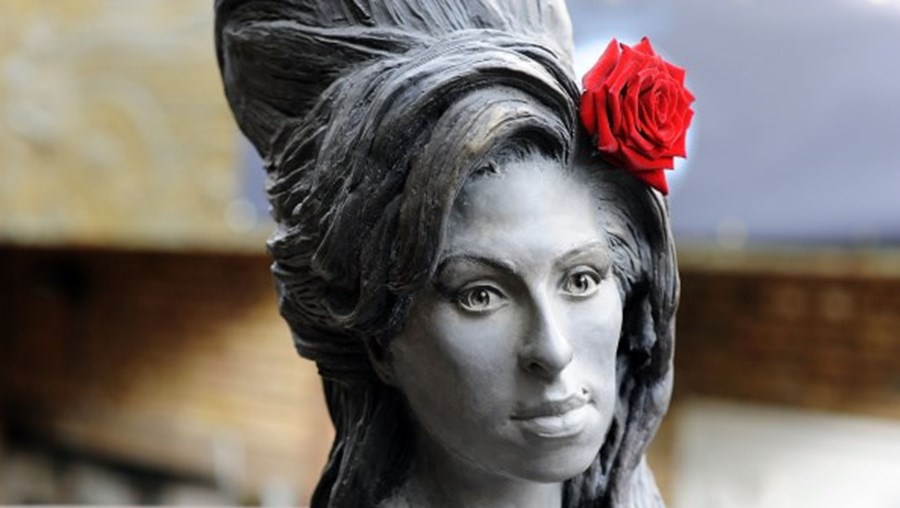 Estátua de Amy Winehuse em Camden