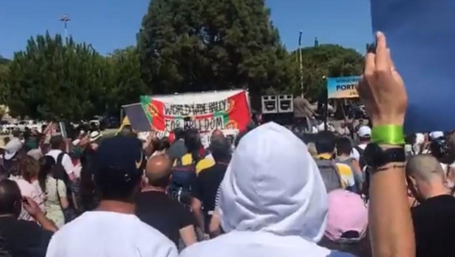 Milhares de portugueses sem máscara participam em manifestação contra vacinas Covid-19 em Lisboa