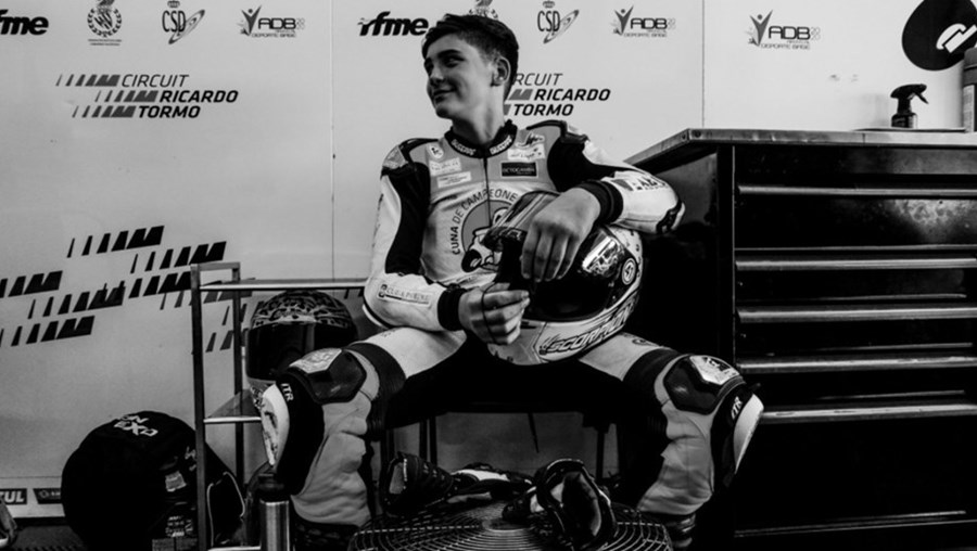 Espanhol Hugo Millán sofreu um acidente no FIM CEV Repsol e foi atropelado quando tentava sair da pista