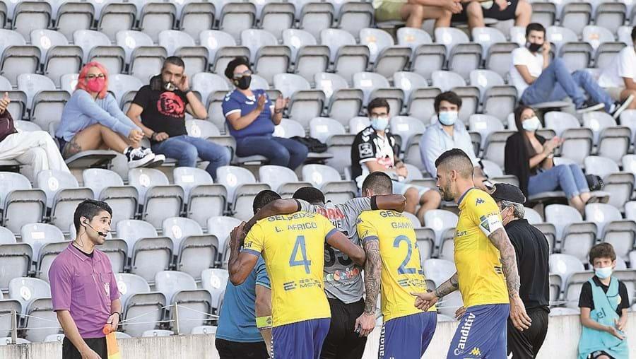 Poucas pessoas assistiram nas bancadas à derrota do Nacional