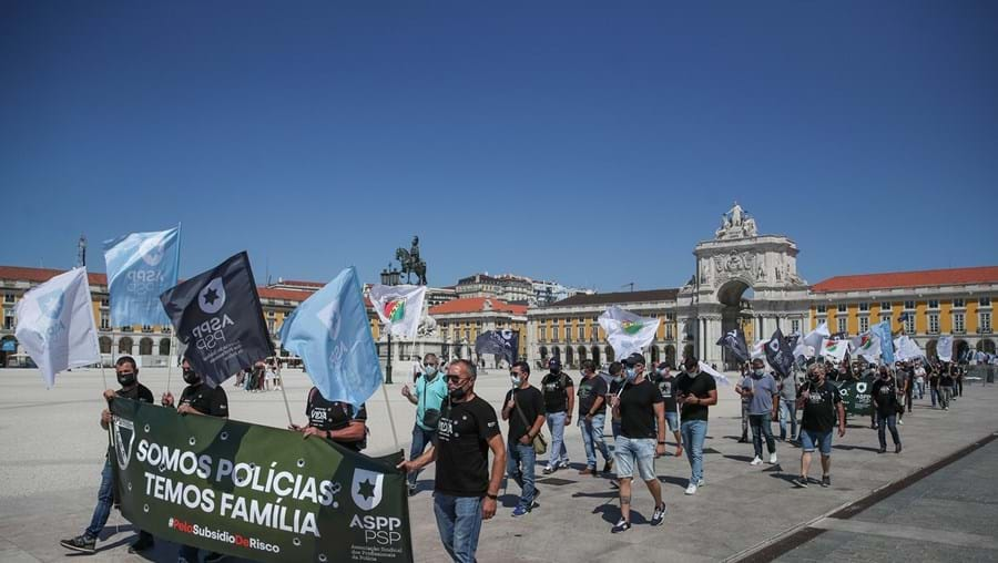 Manifestação no Terreiro do Paço decorreu em simultâneo com a reunião