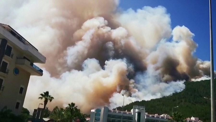 Incêndio florestal ameaça hotéis na zona costeira de Marmaris na Turquia