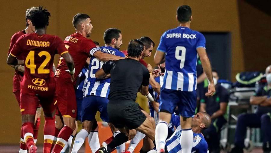 Pepe acabou no chão após lance polémico na segunda parte do FC Porto-Roma, que obrigou a paragem de alguns minutos
