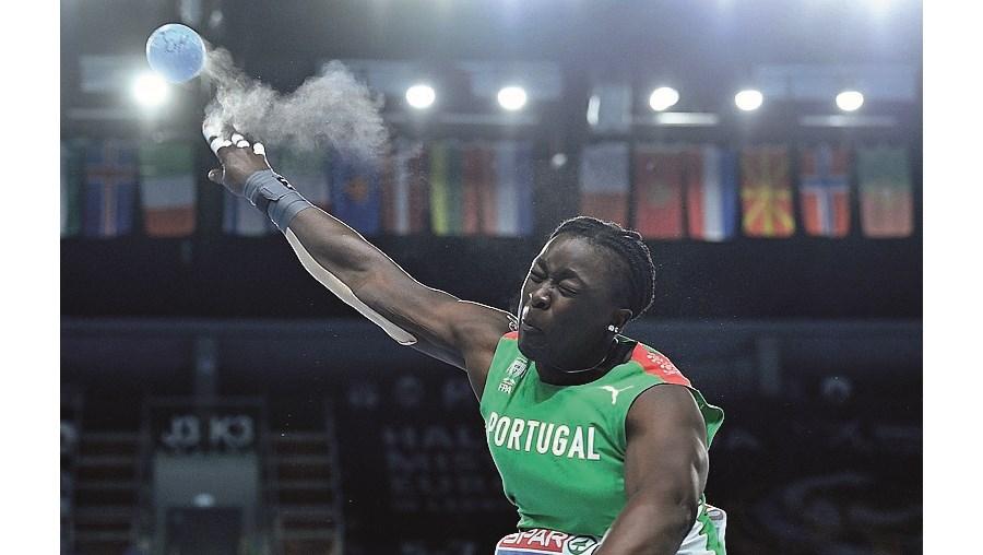 Auriol Dongmo tem a melhor marca mundial do peso (19,75)