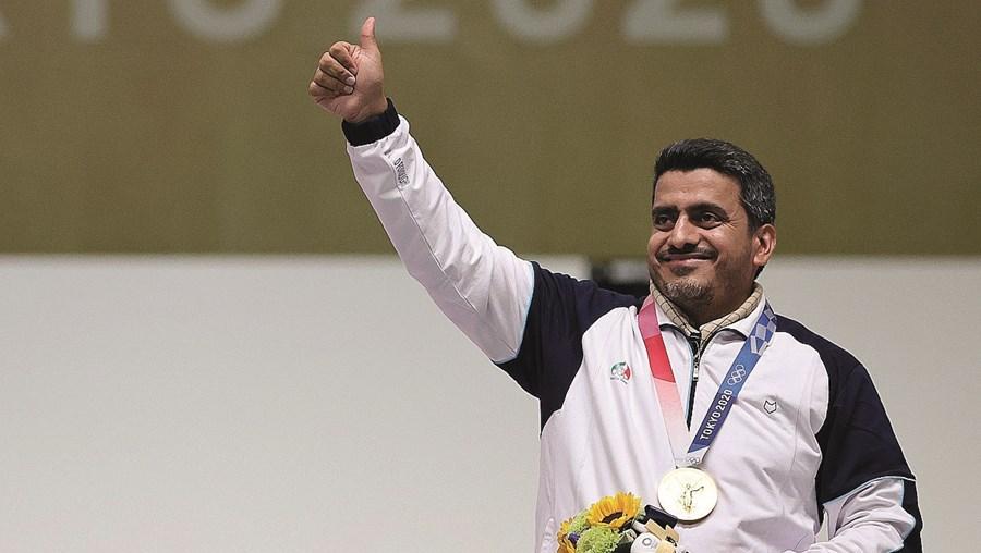 Javad Foroughi, de 41 anos, ganhou a medalha de ouro no tiro, com pistola de ar comprimido, e estabeleceu um novo recorde olímpico com 244.8 pontos