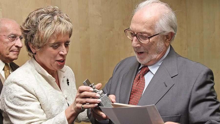 Pedro Tamen recebe o Prémio Literário Inês de Castro em 2008 da então ministra da Cultura Isabel Pires de Lima