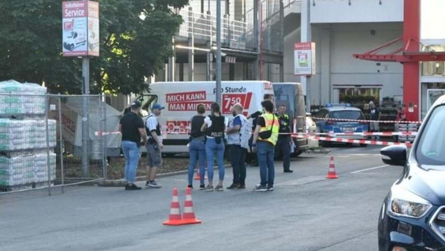 Quatro feridos em tiroteio no parque de estacionamento de loja em Berlim