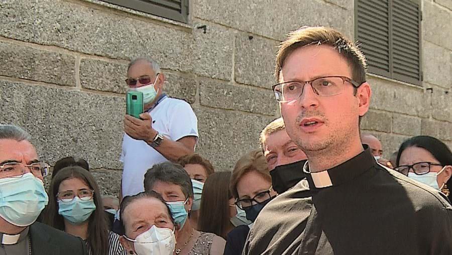 Padre Manuel Torre (sem máscara) diz aos fiéis, na presença do bispo D. Nuno Almeida, que voltará às paróquias