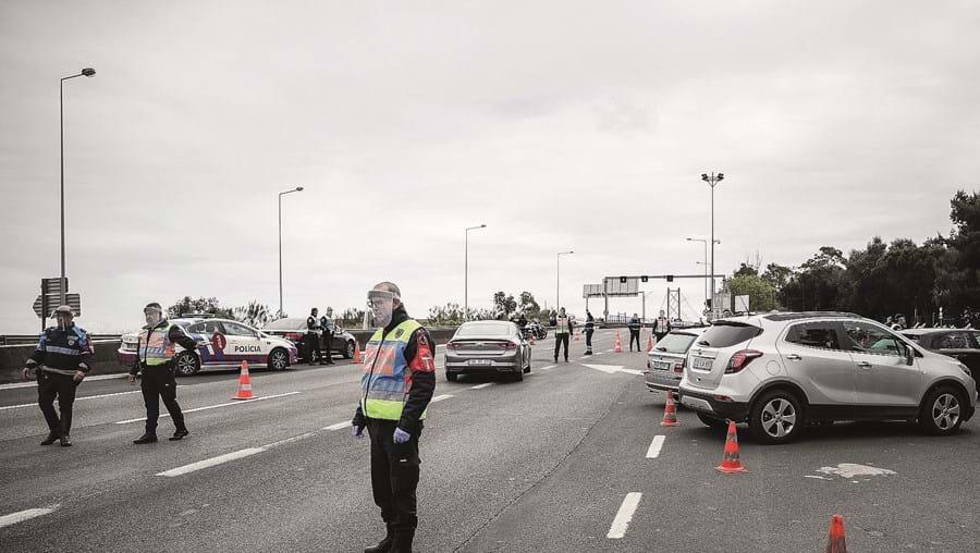 Fiscalização das autoridades junto à ponte 25 de Abril, em Lisboa