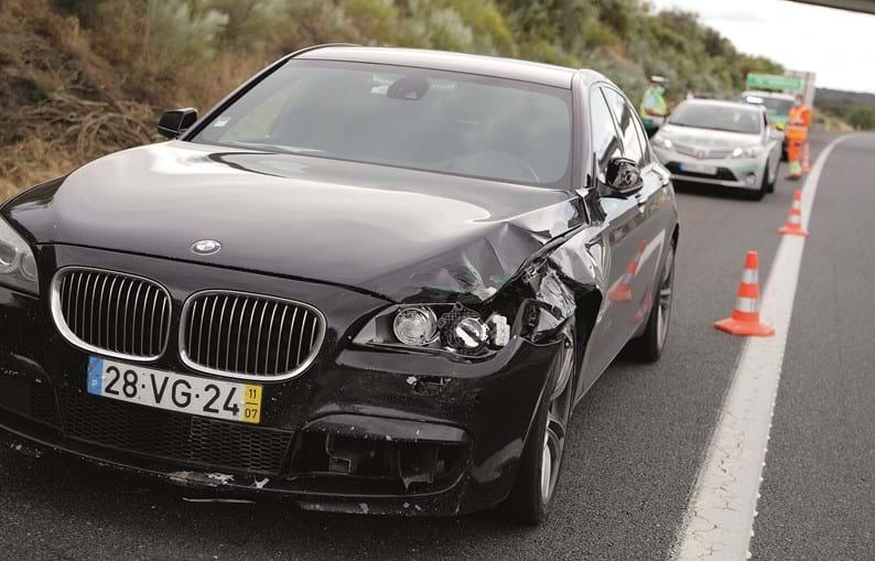 Viatura sofreu danos e ficou parada na berma da A6. Acabou rebocada pela GNR para um parque da BMW, onde foi e ainda deverá ser submetida a perícias