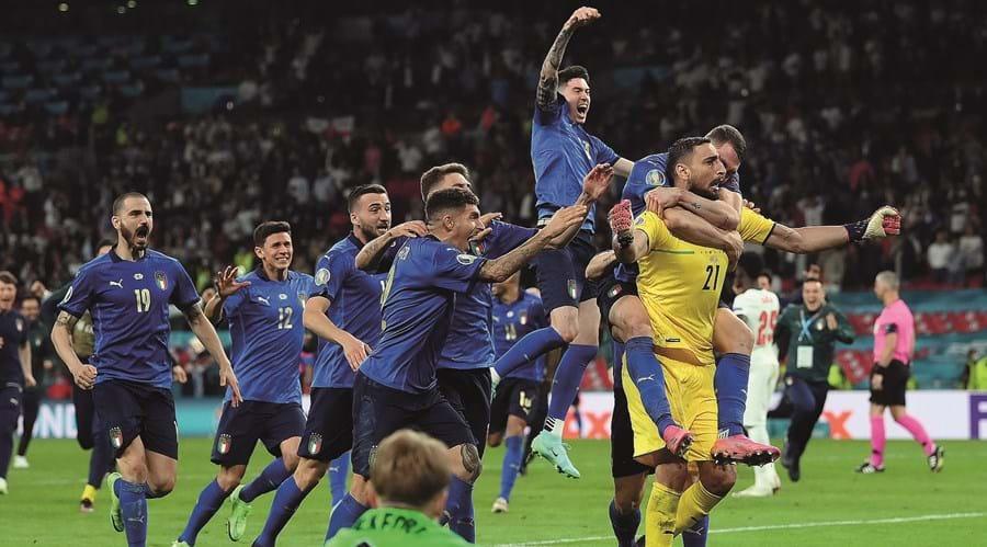 Festa italiana com o guarda-redes Donnarumma como herói (jogador do torneio)