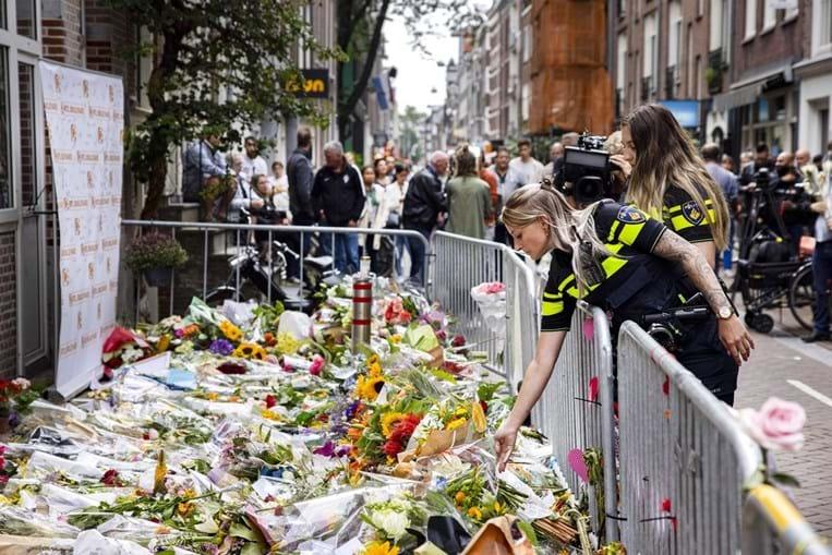 Homenagens ao jornalista no local onde este foi baleado
