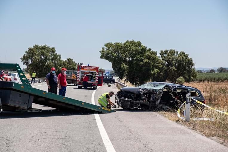 Carro em que seguia vítima mortal do acidente no IC1 ficou com a frente desfeita, devido à violência da colisão frontal