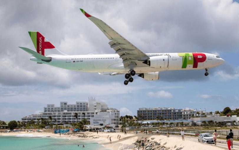 Avião da TAP aterra a metros da praia nas Caraíbas