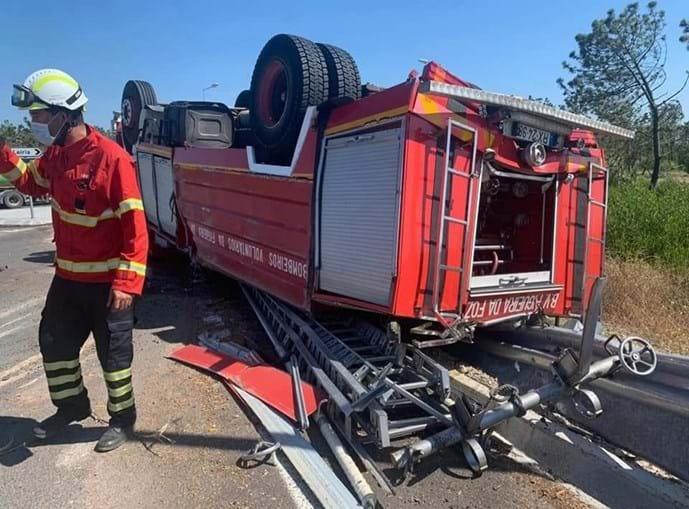 Dois feridos em despiste de autotanque dos bombeiros seguido de capotamento na Figueira da Foz
