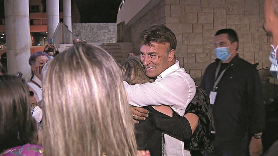 Tony voltou a sorrir ao abraçar de novo os fãs