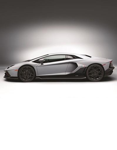 O supercarro mantém o estilo do Aventador S com o desempenho do SVJ