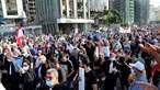 Dezenas de feridos em confrontos entre a polícia e manifestantes junto ao parlamento em Beirute