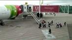 Passageiros perdem voo e invadem pista no aeroporto de Lisboa. Veja o momento