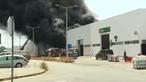 Violento incêndio destrói armazém em Évora e obriga a retirar trabalhadores. Veja as imagens