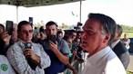 """Presidente do Brasil diz que 'todo o mundo"""" deve comprar armas e que """"idiota"""" é quem compra feijão. Veja o vídeo"""