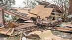 Furacão deixa rasto de destruição com milhares às escuras à procura de vítimas nos EUA