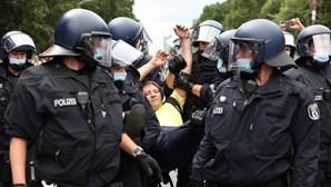 Protestos contra novas restrições da Covid-19 em Berlim acabam em confrontos com a polícia