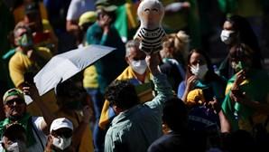 Milhares de manifestantes pró-Bolsonaro pedem mudança no sistema de voto
