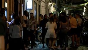 Jovens saem às ruas do Bairro Alto em Lisboa para conviverem com álcool e sem máscara de proteção