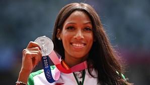 Patrícia Mamona sobe ao pódio e recebe medalha de prata