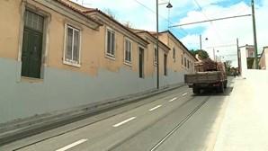 Obras na Ajuda deixam porta da rua a mais de um metro de altura do passeio