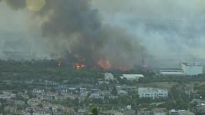 Incêndio de grandes dimensões ameaça Atenas. Mais de 300 bombeiros combatem fogo. Veja em direto
