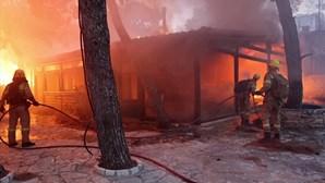 Incêndios florestais destroem casas nos subúrbios de Atenas