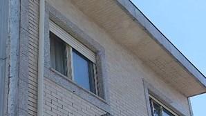 Menino cai do primeiro andar de prédio em Rio Tinto