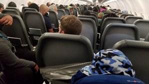 Passageiro preso com fita-cola a assento de avião após causar distúrbios a bordo