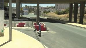 Obras na via pública deixam poste no meio da estrada em Beja