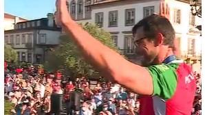 """Fernando Pimenta recebido por multidão agradece medalha olímpica """"à vila mais bonita do mundo"""""""