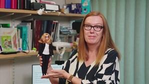 """""""É estranho ter uma Barbie criada à minha imagem"""", diz cientista responsável pela vacina da AstraZeneca"""