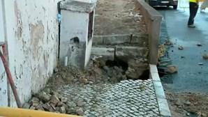 Rebentamento de conduta inunda Estrada da Luz em Lisboa