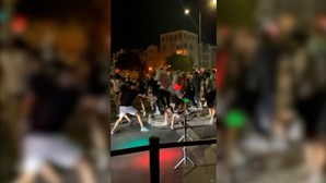 Jovem atingida por semáforo na rua dos bares da Oura em Albufeira. Veja as imagens