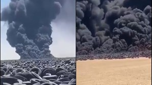 Maior depósito de pneus do Mundo está a arder. Nuvem tóxica já é vista do espaço
