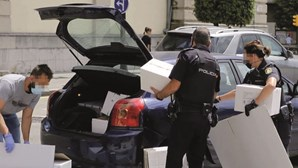 Jovens portugueses presos em Espanha por suspeitas de violação misturados com outros reclusos