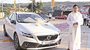 Paroquianos oferecem carro de luxo a padre em Paredes