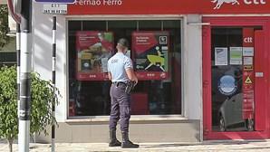 Ladrões com máscaras do filme 'V de Vingança' assaltam CTT no Seixal