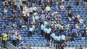 """""""Vocês são uma vergonha"""": Tensão entre polícia e claque portista durante intervalo no Estádio do Dragão"""