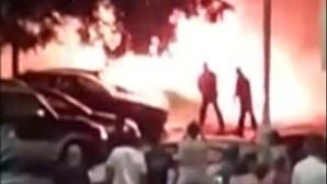 Novas imagens mostram fogo a consumir viaturas em Setúbal