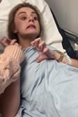 Claire mostrou a filha no hospital