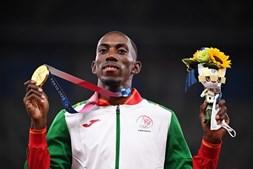 Pedro Pichardo com a medalha de ouro conquistada nos Jogos Olímpicos de Tóquio